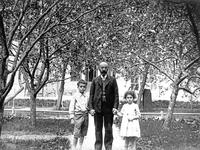 M.O. Gershenzon with his children (restored)
